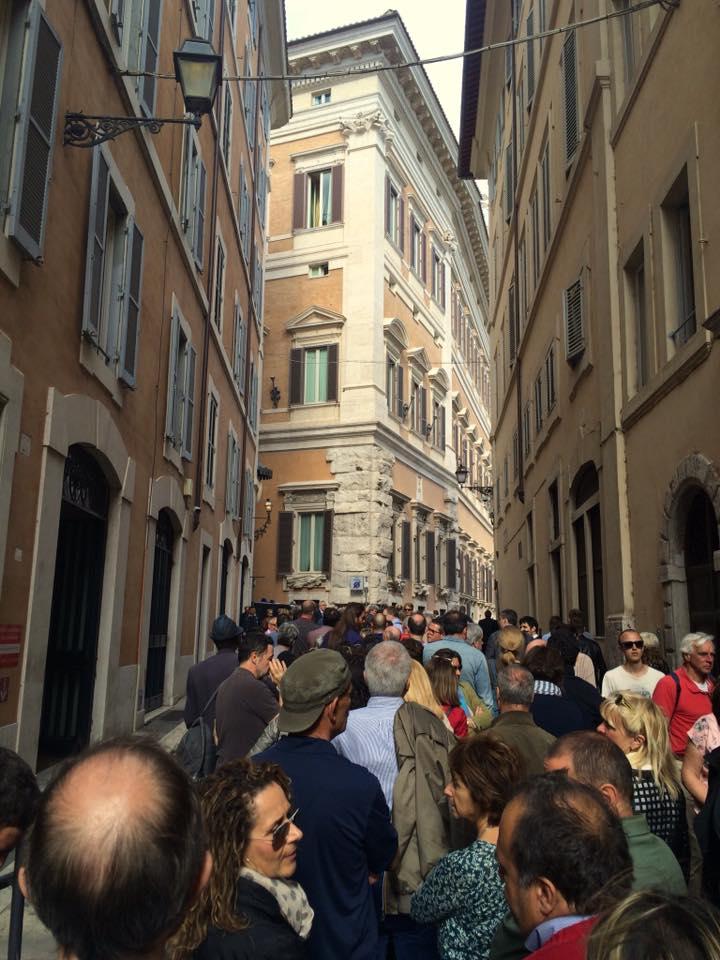 La folla in attesa di salutare per l'ultima volta Pannella, nella sua camera ardente a Montecitorio